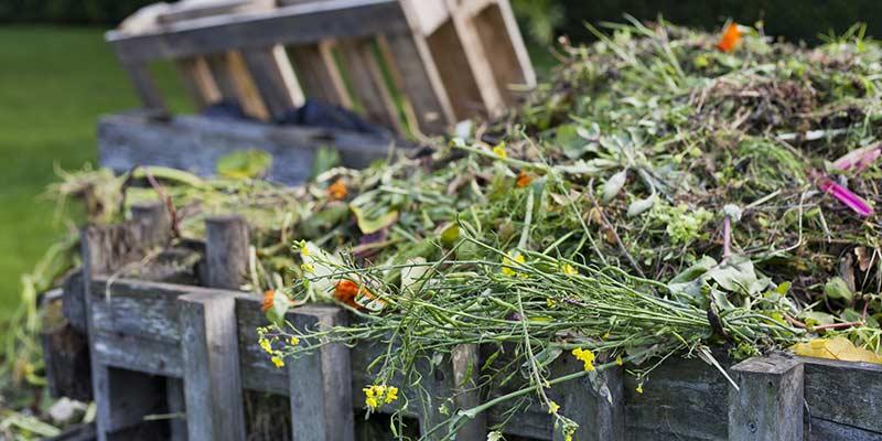 Компостная куча для удобрения огорода