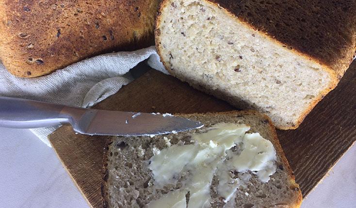 Пшеничный хлеб на ржаной закваске с семенами