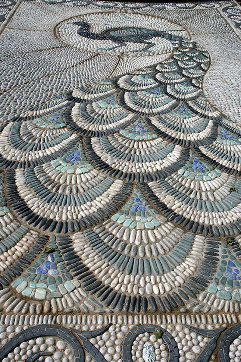 Из камушков можно создавать и такие замечательные орнаменты в виде павлина