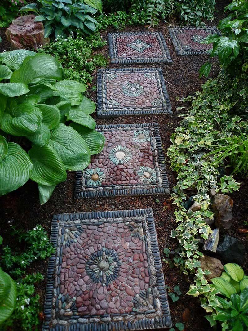 Садовая дорожка из речного гравия в виде отдельных квадратов с узорами