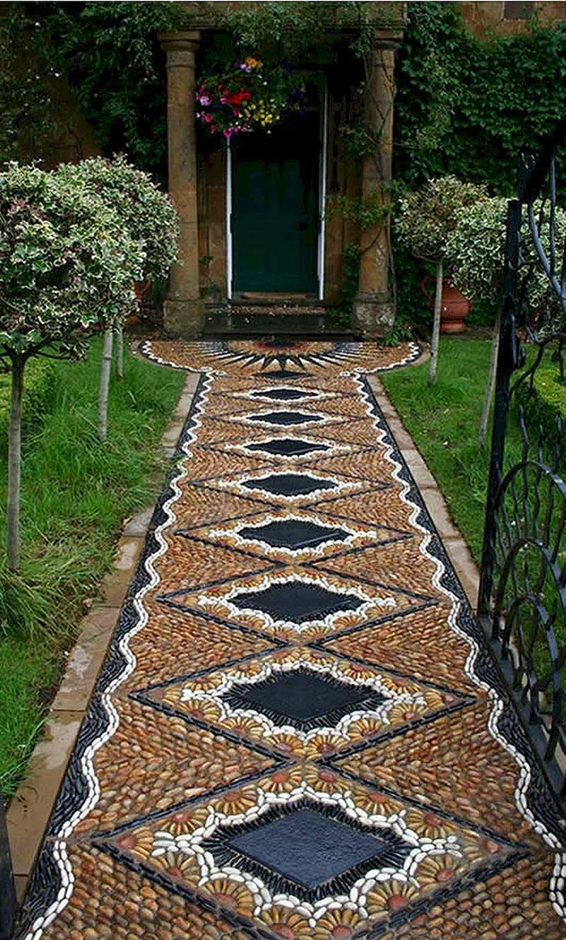 Дорожка, которая похожа на ковёр, проложенный к входу дома