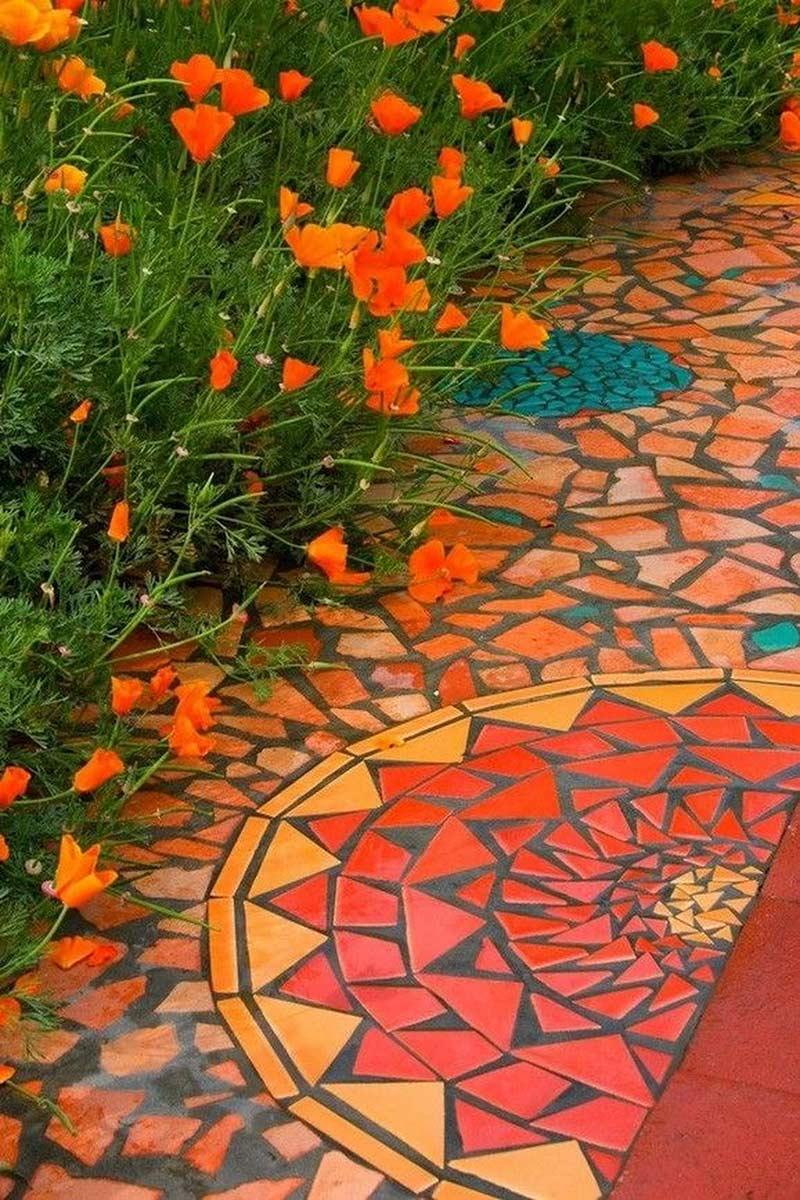 Красивое сочетание дорожки с цветами