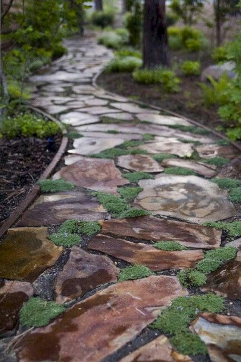 Камни для садовых дорожек могут быть разного цвета и подобраны под определенный дизайн