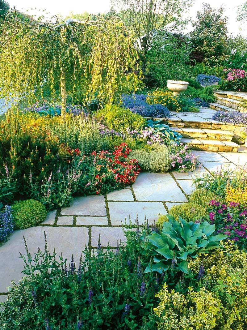 Трава между плитками тоже выполняет свою роль в декоре